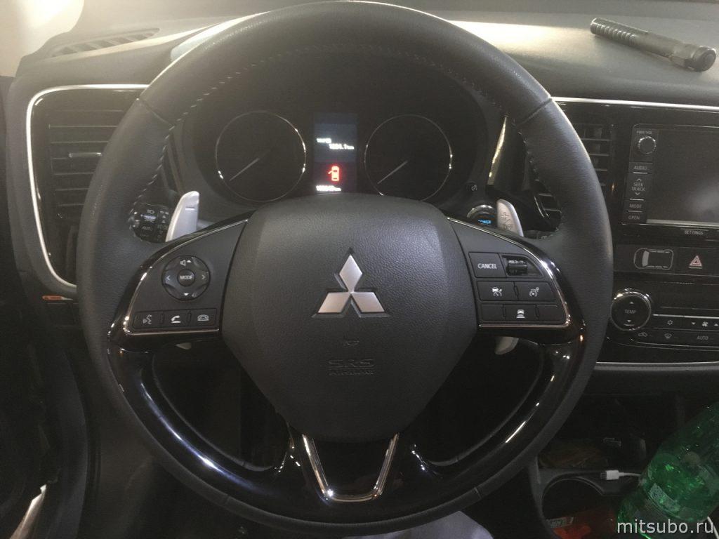 Руль с кнопками адаптивного круиз-контроля и ограничителя скорости